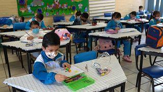 Un grupo de niños asiste a clase en el primer día de reapertura tras casi 15 meses de cierre