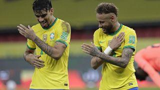 Zwei Frankreich-Legionäre feiern in Porto Alegre am 4.6.21 einen Treffer Brasiliens gegen Ecuador: Lucas Paqueta (links) und Neymar