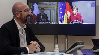 رئيس المجلس الأوروبي شارل ميشال ، إلى اليسار، يتحدث مع المستشارة الألمانية أنغيلا ميركل والرئيس الفرنسي إيمانويل ماكرون خلال اجتماع عبر  الفيديو، مبنى المجلس الأوروبي في بروكس