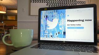 """صفحة الدخول لموقع """"تويتر"""" على سطح كمبيوتر محمول"""