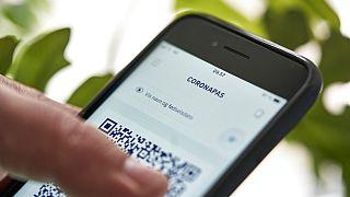 هاتف يُظهر تطبيق جواز سفر فيروس كورونا الجديد الذي يمكن استخدامه في كوبنهاغن، يوم الجمعة 28 مايو 2021