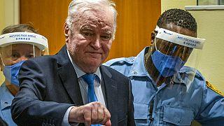 El ex jefe militar serbobosnio Ratko Mladic en la sala del tribunal en La Haya, Países Bajos