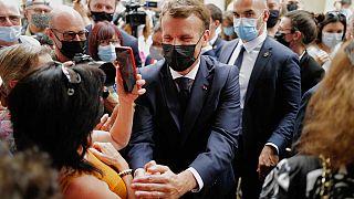 الرئيس الفرنسي إيمانويل ماكرون يلتقي بالسكان خلال زيارة لمارتل بجنوب فرنسا، خلال جولته الرئاسية، يوم الخميس 3 يونيو 2021