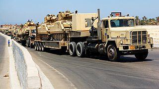 شاحنات تنقل دبابات تابعة للجيش المصري في منطقة العريش، شمال شبه جزيرة سيناء، 9 أغسطس 2012