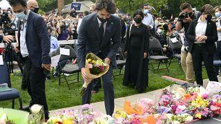 رئيس الوزراء الكندي جاستن ترودو يضع باقة من الزهور تكريما لعائلة مسلمة قتل أفرادها في حادث دهس متعمد. 08/06/2021