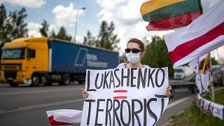 Lukasenka=terroista feliratot tartó szimpátiatüntető Litvániában 2021. június 8-án