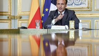 Schiaffi al presidente francese Macron. Arrestati due gilet gialli