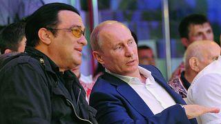 Seagal és Putyin az akkor még Ukrajnához tartozó Krímben, a küzdősportok Szocsiban megrendezett orosz bajnokságán, 2012-ben