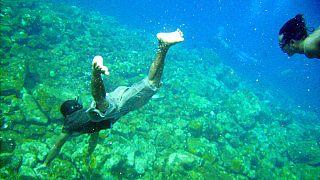 Endonezya'da yerli halk denize dalıyor (Arşiv)