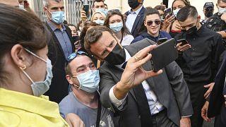 Le président français Emmanuel Macron pose avec des habitants de Valence, 8 juin 2021