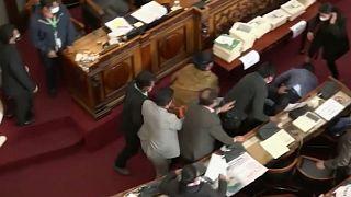 Un detalle de la pelea entre dos parlamentarios en la Asamblea de Bolivia