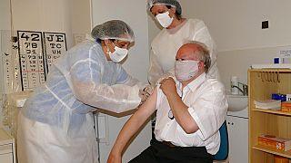 Egy férfinak SzputnyikV vakcinát adnak a szlovákiai Zsolnán hétfőn
