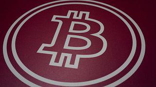 Logo du bitcoin photographié lors d'une conférence organisée sur la cryptomonnaie à Miami, 4 juin 2021