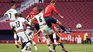 El jugador Diego Llorente (derecha) en un partido entre España y Portugal el 4 de junio