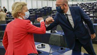 La presidenta de la Comisión Europea, Ursula von der Leyen, saluda al presidente del Consejo Europeo, Charles Michel, durante la sesión plenaria del Parlamento Europeo