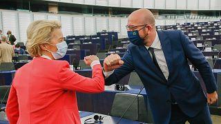 Ursula von der Leyen, az Európai Bizottság elnöke üdvözli Charles Michelt, az Európai Tanács elnökét az Európai Parlament ülésén Strasbourgban