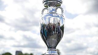 El trofeo de la Eurocopa 2020 expuesto en el Parque Gorki, en Moscú, Rusia.