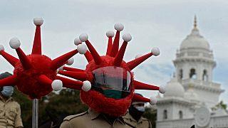 Hindistan'da Covid-19 kaskı takmış bir polis