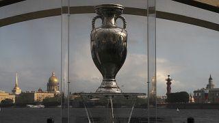 La Coppa esposta per i visitatori durante il tour ufficiale di EURO 2020 a San Pietroburgo, Russia, sabato 22 maggio 20211
