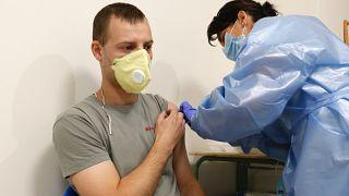 Tamásné Varga Andrea nővér beolt egy férfit a kínai Sinopharm koronavírus elleni vakcina első adagjával a Zala Megyei Szent Rafael Kórházban Zalaegerszegen 2021. június 2-án.