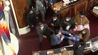 مشاحنة ومواجهات بالأيدي في برلمان بوليفيا