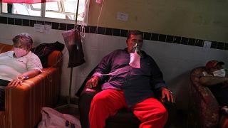 Pacientes de covid-19 sentados en un pasillo del hospital debido a la falta de camas disponibles en el Hospital de San Lorenzo, Paraguay, el 4 de junio de 2021.