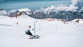 Entrenamientos de esquí de verano en el glaciar de Deux Alpes (Francia)