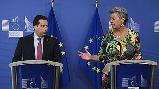 AB Komisyonunun iç işlerinden sorumlu üyesi Ylva Johansson (sağda) ile Yunanistan'ın Göç ve İltica Bakanı Notis Mitarakis