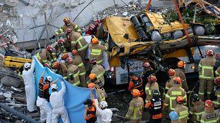 Yaşamını yitirenlerin tamamının bina yakınında bulunan otobüsün içindeki kişiler olduğu bildirildi.