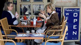 Dos mujeres almuerzan juntas en un restaurante del centro de Bruselas, el miércoles 9 de junio de 2021.