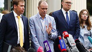 Ivan Pavlov, en el centro, habla con los medios de comunicación durante una pausa en una sesión judicial frente al Tribunal de Moscú