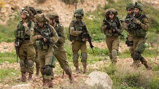 عدد من الجنود الإسرائيليين خلال دوية في قرية بردلة شرقي جنين. 28/02/2017