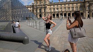 گردشگران در پاریس