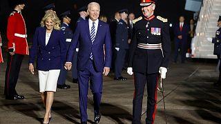 الرئيس الأمريكي جو بايدن والسيدة الأولى جيل بايدن عند وصولهما مطار كورنوال في إتكلترا قبل قمة مجموعة السبع، 10 يونيو 2021