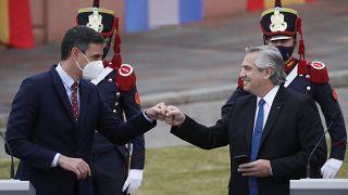 Pedro Sánchez y Alberto Fernandez se saludan tras la comparecencia a los medios