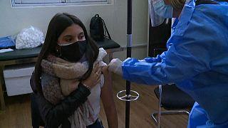 Una adolescente de 16 años recibe la vacuna de Pfizer contra la COVID-19 en Uruguay