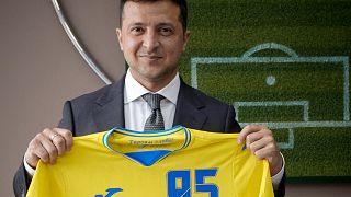 Президент Владимир Зеленский позирует с футболкой сборной Украины для Евро 2021.
