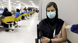 شابة إيرانية تتلقى تطعيم سنوفارم المضاد لفيروس كورونا في المركز التجاري في العاصمة طهران. 17/05/2021
