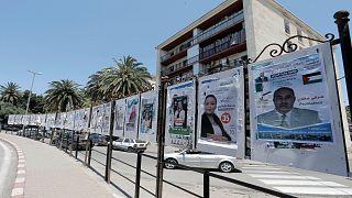 ملصقات دعائية  لمرشحين في الانتخابات التشريعية الجزائرية المقررة في 12 حزيران/يونيو 2021