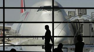 طائرة على مدرج مطار ديترويت في انتظار أن يركبها المسافرون. 2008/04/15