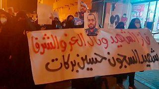 Bahreyn'de bir araya gelen yüzlerce kişi, hapishanede Covid-19 yakalanan muhalif aktivist Hüseyin Berekat'ın hayatını kaybetmesini protesto etti