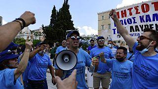 Tüntetők az athéni parlament közelében
