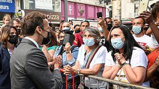 امانوئل ماکرون در حال گفتگو با تعدادی از شهروندان فرانسوی