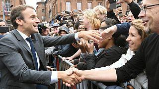 Fransa Cumhurbaşkanı Emmanuel Macron halkı selamlıyor