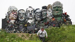تماثيل مصنوعة من نفايات إلكترونية لقادة العالم الذين سيلتقون في قمة G7