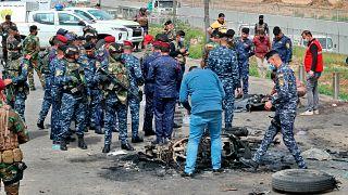قوات الأمن العراقية تعاين موقع انفجار في بغداد. 2021/03/23