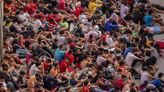 Cientos de migrantes menores no acompañados aguardan en un centro de acogida de Ceuta para hacerse las pruebas de la COVID-19 el pasado 19 de mayo.
