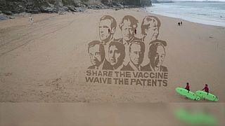 """I leader del G7 sulla sabbia della Cornovaglia: """"Condividete il vaccino, rinunciate ai brevetti""""."""