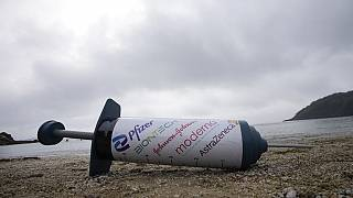 Protest am Strand von Swanpool in Cornwall