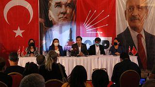CHP Genel Başkan Yardımcıları Gülizar Biçer Karaca (sol 2) ile Yüksel Taşkın (sağ 2) KHK ile ihraç edilenlerle İzmir'de toplantı yaptı